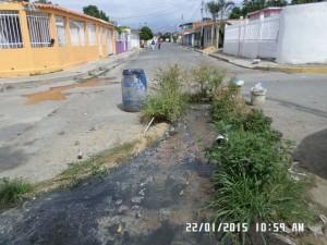 Las Aguas Negras brotan de esta boca de visita y ninguna autoridad se ha presentado a solucionar este problema