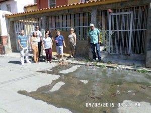 Los Vecinos de la Calle 2-6D de Ciudad Jardín frente al Charco de aguas negras frente a sus viviendas
