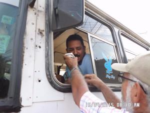 Trabajador del Transporte exigiéndole al Alcalde Agüero que tape los huecos.