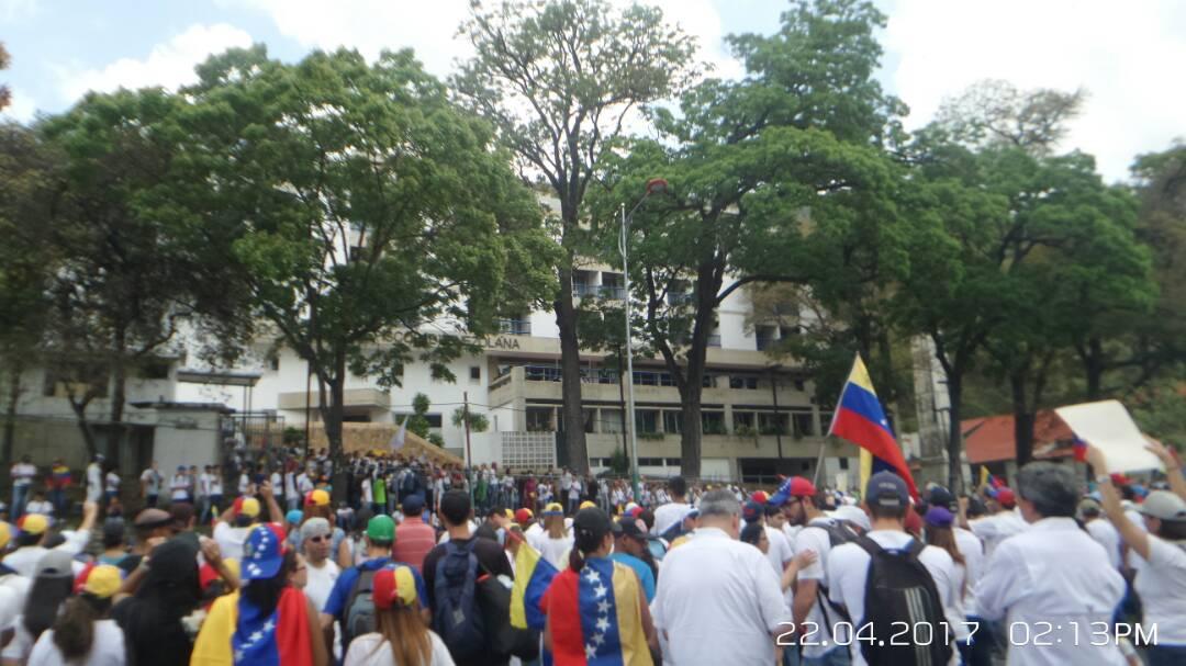 Nuestro Escudo Tricolor Ondea En Cada Protesta